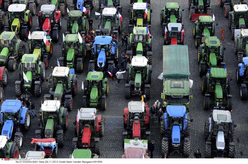 <strong>Embouteillage</strong>. Les producteurs de lait ont vigoureusement manifesté leur mécontentement à Bruxelles en ce début de semaine. Un convoi de près de 800 tracteurs a paralysé le quartier du Parlement européen à Bruxelles, une minute de silence a été respectée devant le siège de la Commission, et surtout, les façades du Parlement ont été aspergées avec 15.000 litres de lait! Une opération coup de poing pour dénoncer un prix du lait qui ne couvre plus les coûts de production.