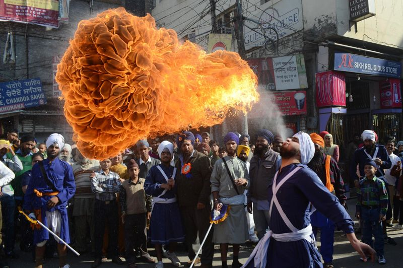 <strong>Feu sacré</strong>.<strong></strong>À la veille du 543ème anniversaire de Gurû Nanak Dev, maître fondateur du Sikhisme, le nord de l'Inde s'employait à des festivités en tout genre. A commencer par des démonstrations de Gatka, art martial traditionnel de la région du Pendjab, et des performances de cracheurs de feu, devant un public impressionné. Né au XVème siècle, le sikhisme est aujourd'hui la cinquième religion du monde, avec plus de 20 millions de fidèles.