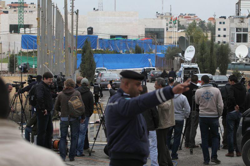 <strong>Exhumé</strong>.La presse internationale affluait ce mardi en Cisjordanie à Ramallah, aux abords du mausolée abritant la dépouille de Yasser Arafat. La tombe de l'emblématique leader palestinien a été ouverte quelques heures, afin d'effectuer des prélèvements. La parole est désormais aux experts internationaux, qui devront déterminer, huit ans après sa mort, si le dirigeant a été empoisonné.
