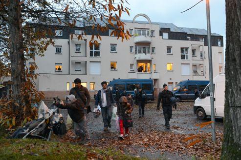 Des migrants évacués mardi matin d'une ancienne maison de retraite, à Pacé.