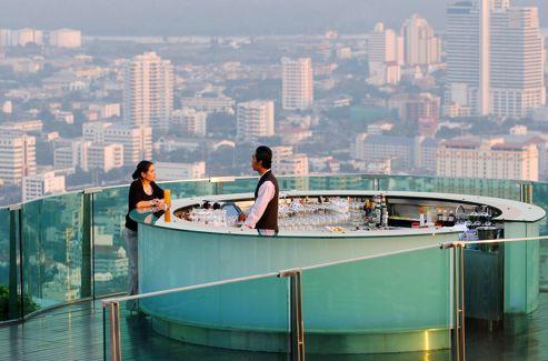 Le spectaculaire Sirocco, bar très en vue du Dome at Lebua, au 63e étage d'un hôtel de luxe.