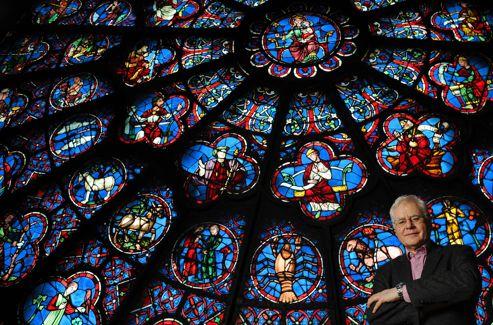 Jean-Pierre Cartier, historien, pose devant la rosace occidentale. Ce professeur d'histoire à la retraite s'occupe de l'organisation et de la coordination des différentes célébrations à la cathédrale.