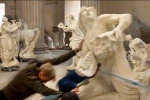 Des hommes d'équipe déplacent le groupe d' Apollon et les Nymphes . Le grand marbre, précédemment installé dans le parc, avait souffert des intempéries.