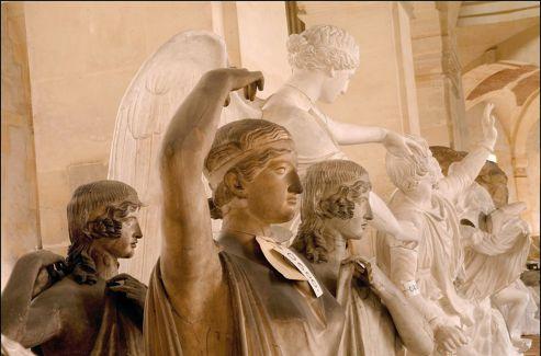 Derrière plusieurs figures allégoriques, la  Victoire  ailée de Brescia.