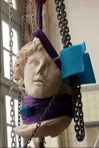 Le nez brisé, le cou tranché, Alexandre le Grand est évacué vers l'atelier de restauration pour bilan sanitaire.