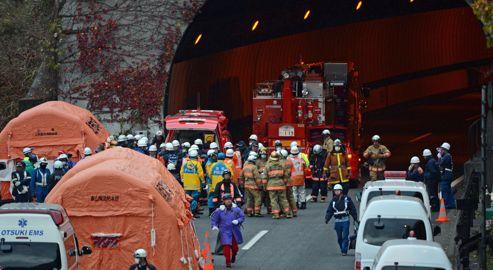Les opérations de secours devant l'entrée du tunnel