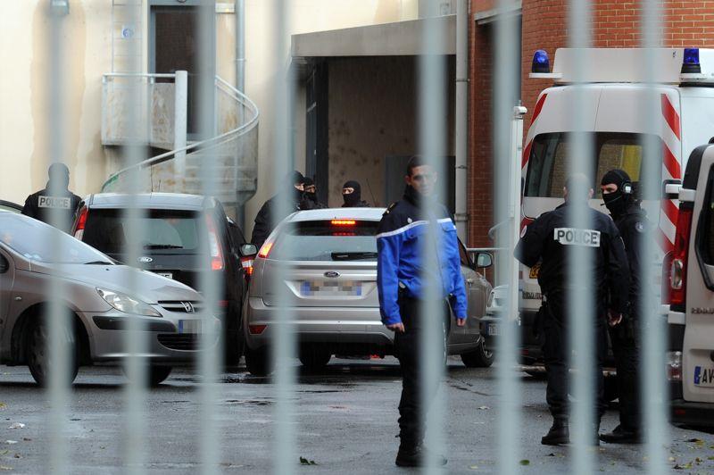 <strong>L'enquête continue</strong>. Jusqu'ici décrit comme un «loup solitaire», Mohamed Merah pourrait avoir bénéficié de complicités dans les tueries de Toulouse et de Montauban en mars dernier. Alors que son frère, Abdelkader Merah était jusqu'ici l'unique suspect mis en examen, deux nouveaux protagonistes ont été interpellés mardi matin. Un homme de la communauté des gens du voyage converti à l'islam et son ex-compagne doivent être interrogés à Toulouse.
