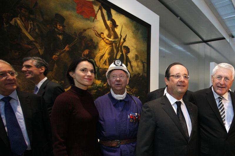 <strong>Délocalisé</strong>. Le lieu de construction de la nouvelle antenne du Louvre n'a pas été choisi au hasard: dans l'une des villes les plus pauvres de France, au cœur du bassin minier désindustrialisé du Pas-de-Calais. Un «pari insensé» lancé par Jacques Chirac en 2004, a rappelé François Hollande, venu inaugurer le Louvre-Lens aux côtés de sa ministre de la culture Aurélie Fillipetti. Plusieurs chefs-d'œuvre, comme la «Liberté guidant le peuple» de Delacroix s'y installeront pour un an.