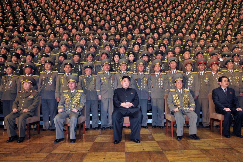 <strong>Le clone triste.</strong> Au milieu des innombrables officiers décorés comme des arbres de Noël, le leader nord-coréen Kim Jong-un pose en uniforme noir. Coupe de cheveux «à la Kuomintang», pantalon trop grand «à la Hô Chi Minh» et veste à col Mao, le dernier potentat communiste d'Asie tente une nouvelle fois de sauver les apparences. Mais le haut mur de dignitaires rassemblés derrière lui cache mal les réalités de ce pays autiste et au bord du dépôt de bilan. Pourtant, même <i>Le Quotidien du peuple</i>, organe officiel du Parti communiste chinois, s'est laissé berner en publiant in extenso, avant de les supprimer, des informations d'un site satirique américain selon lequel Kim Jong-un avait été élu l'«homme vivant le plus sexy» de 2012. Un comble!