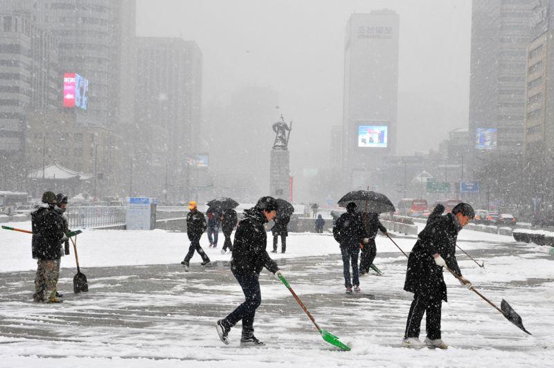 <strong>Sous la neige.</strong> L'hiver est rude à Séoul. Les premières chutes de neige de l'année se sont abattues sur la capitale sud-coréenne, en même temps qu'une vague de froid. Touché par des vents venus de Sibérie, le «pays du matin calme» connaît des températures glaciales, proches des -10°C.
