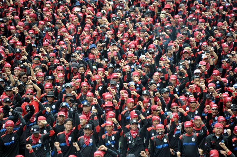 <strong>Perdants de la mondialisation.</strong> C'est en quelque sorte le revers de la médaille de l'ouverture économique. Ces ouvriers indonésiens protestaient mercredi contre leur exploitation par les multinationales, réclamant de meilleurs salaires et un assouplissement de leurs conditions de travail. Alors que l'économie indonésienne croît en moyenne de 6% par an, ces travailleurs s'estiment lésés, ne voyant pas leur situation s'améliorer.