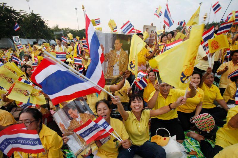 <strong>Jour de fête. </strong>Bangkok voyait jaune mercredi. À l'occasion du 85e anniversaire du roi Bhumibol Aduljadej, sa couleur traditionnelle a recouvert la Thaïlande. Vénéré par nombre de Thaïlandais, le monarque est apparu sur le balcon de la salle du trône Anantasamakom, devant une foule de près de 200.000 sujets. Un symbole d'union et de stabilité dans un pays extrêmement divisé sur les plans politiques et religieux.<strong></strong>