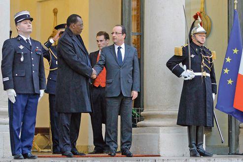 François Hollande et son homologue tchadien Idriss Déby échangent la traditionnelle poignée de main après leur rencontre, mercredi, à l'Élysée.