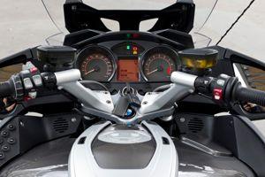 Tout est clair et accessible au guidon de la BMW. Dommage que bon nombre d'équipements figurent dans la liste des options.