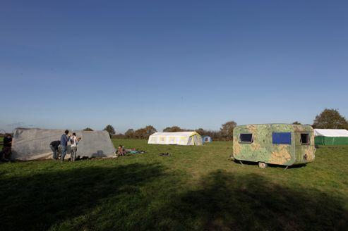À Notre-Dame-des-Landes, les militants de la zone et des autres associations, créées contre le projet d'aéroport, montent des tentes de fortune et préparent le campement, début novembre.