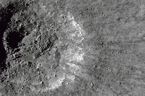 Aperçu d'un cratère provoqué par l'impact d'une météorite sur la surface de la Lune.