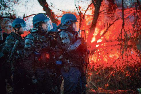 Les forces de l'ordre font face aux opposants à l'aéroport de Notre-Dame-des-Landes, le 26 novembre.