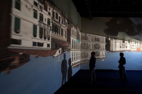 Installation de Zoe Leonard au Palazzo Grassi, à Venise. L'image du Grand Canal se reflète à l'envers sur les murs blancs d'un des salons.
