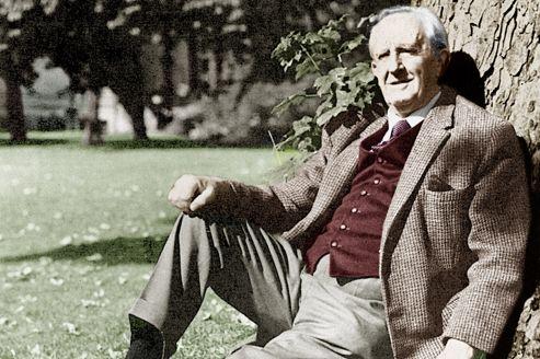 Tolkien, auteur du <i>Seigneur des anneaux</i> et de <i>Bilbo le Hobbit</i>, dans les années 1960.