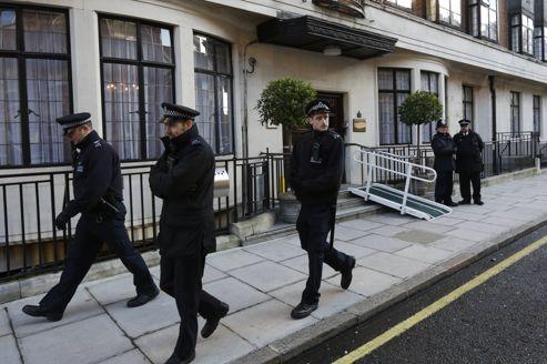 Des policiers devant l'hôpital King Edward VII où était hospitalisée Kate Middleton.