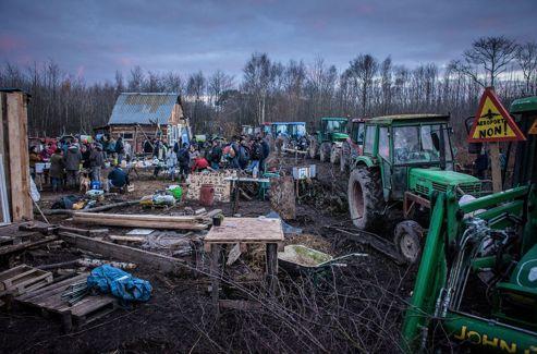 Les agriculteurs de la Confédération paysanne ont enchaîné leurs tracteurs autour d'un campement.
