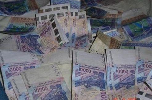 Les brouteurs se prennent en photo avec l'argent de leur larcin et postent les clichés sur les réseaux sociaux.