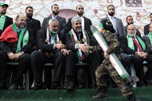 Le premier ministre du Hamas, Ismaël Haniyeh (à gauche), et le chef du parti en exil, Khaled Mechaal, samedi à Gaza lors d'une cérémonie célébrant les 25 ans du parti.