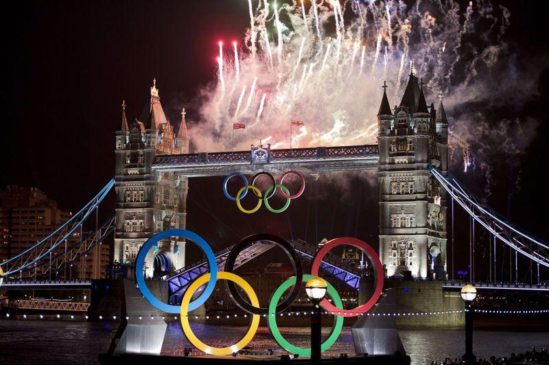 <strong>JUILLET</strong><br/><strong>Grande-Bretagne</strong>. Vue sur le célèbre Tower bridge durant la cérémonie d'ouverture des Jeux olympiques d'été de Londres le 27 juillet. Nation la plus titrée, les Etats-Unis remportent 104 médailles dont 46 en or. Deuxième au classement, la Chine se couvre d'or à 38 reprises pour un total de 88 médailles devant la Grande-Bretagne qui décroche 65 récompenses dont 29 titres olympiques. La France, qui termine 7e, est montée 34 fois sur le podium et revient avec 11 médailles d'or. Ces Jeux auront coûté environ 11 milliards d'euros au pays organisateur.