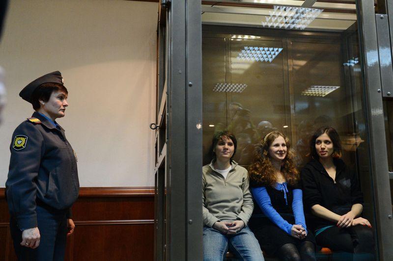 <strong>OCTOBRE</strong><br/><strong>Russie</strong>. Les membres du groupe de rock Pussy Riot, lors de la reprise de leur procès en appel, le 10 octobre à Moscou. La justice du pays a remis en liberté une des membres du groupe Pussy Riot et confirmé en revanche la peine de deux ans de camp infligée aux deux autres jeunes femmes qui avaient chanté en février une «prière punk» anti-Poutine dans la cathédrale de Moscou.