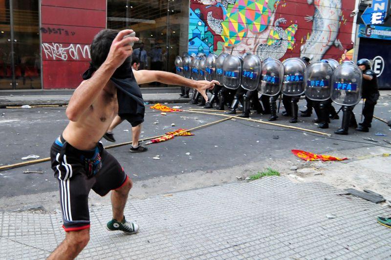 <strong>Verdict controversé. </strong>Une vague d'indignation sème la violence à Buenos Aires après une décision de justice rendue mardi soir en Argentine. L'opinion publique est choquée après la relaxe de 13 personnes accusées d'appartenir à un réseau de traite de jeunes femmes, à des fins d'exploitation sexuelle. La mère de Marita Veron, 23 ans, disparue en 2002, s'est fait le porte-parole de la lutte, parvenant à sensibiliser les médias et le grand public, dans une affaire qui ravive les débats sur la corruption de la justice.