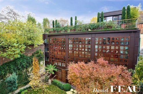 La façade de l'atelier, confiée à Bernard Quentin, est revêtue de symboles picturaux, «un poème réalisé en acier Corten en hommage à Confucius».