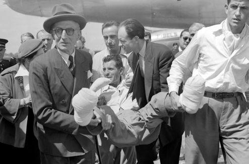 Maurice Herzog en juillet 1950 arrive à Paris après être devenu, un mois plus tôt, le premier français à gravir les 8091m de l'Annapurna.