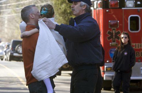 Un  tireur qui a fait irruption dans une école primaire du Connecticut  1e3e1676-461f-11e2-b5a1-f9ff5928bfff-493x325