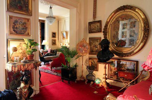À Mouton, Philippine de Rothschild s'est entourée de peintures et de sculptures des XVIIIe et XIXesiècles, de «curiosités» en pierre dure et en porcelaine. Un mélange très réussi de beauté et d'originalité, qui fait le charme de Mouton.