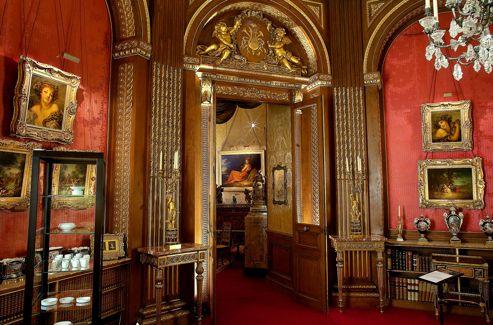 Dans les salons de Waddesdon Manor, panneaux sculptés et meubles provenant de Versailles se succèdent. Aux murs, des portraits de l'école anglaise, des toiles de Greuze et de Lancret. dans les vitrines et sur les étagères, des porcelaines de Sèvres. Une abondance de bon ton.