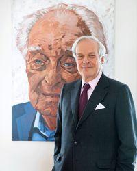 David de Rothschild devant le portrait de son père par Anthony Palliser.