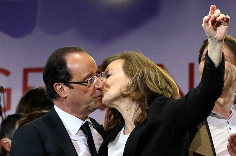 <strong>Baiser brûlant.</strong> 7 mai 2012. François Hollande fête comme il se doit son élection à la présidence de la République, place de la Bastille à Paris. Sur cette image, le futur locataire de l'Elysée est félicité pour sa victoire par sa campagne, Valérie Trierweiler, par un baiser torride devant plusieurs milliers de spectateurs. Anodine sur le moment, cette photo sera révélatrice, plus tard, du tempérament brûlant de la compagne du président.