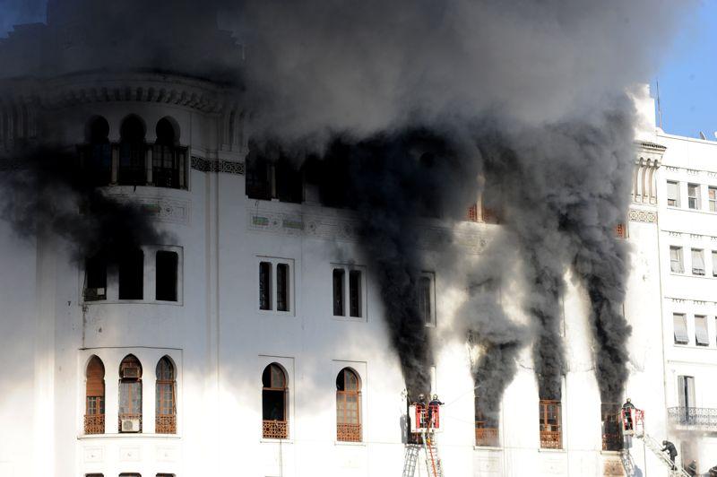 <strong>Noir de fumée</strong>. À quelques pas du convoi présidentiel qui menait François Hollande et le président Bouteflika au front de mer, un incendie s'est déclaré dans la Grande Poste d'Alger. Un embrasement à priori accidentel, qui n'a fait aucune victime mais qui a ravagé ce monument de style néo-mauresque, symbole de la capitale algérienne.