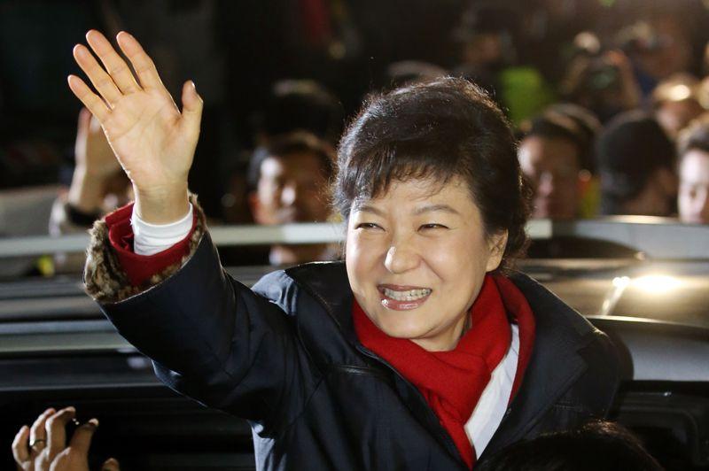 <strong>Femme de pouvoir</strong>. C'est une première historique: la Corée du Sud a élu une femme présidente mercredi. Park Geun-Hye, candidate du parti conservateur a remporté près de 52% des suffrages face à son opposant de centre gauche. Un nom qui n'est pas inconnu car elle est la fille de l'ex-dictateur Park Chung-Hee, qui a dirigé le pays d'une main de fer pendant 18 ans.
