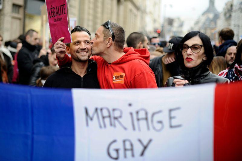<strong>Mobilisés. </strong>Gays, transsexuels ou partisans engagés, ils étaient 60.000 dans la rue, ce dimanche, à Paris, pour soutenir le projet de loi ouvrant le mariage et l'adoption aux couples homosexuels. Soit près de 10.000 de moins que les opposants en novembre dernier, selon les chiffres officiels. Deux objectifs pour ces pro-mariage gay: pousser la majorité à tenir ses engagements, et répondre aux «anti», qui, selon eux, ont accaparé le devant de la scène ces dernières semaines.