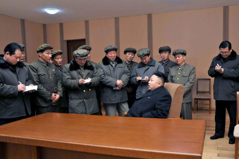 <strong>Mission accomplie.</strong> Kim Jong-un, l'actuel dirigeant de la Corée du Nord, a tenu à féliciter en personne ce groupe de scientifiques. Et pour cause, ils ont travaillé au développement de la fusée lancée avec succès la semaine dernière, «révélant aux yeux du monde le savoir-faire technologique de leur nation». Un programme spatial hérité de l'ancien dirigeant Kim Jong il, dont l'anniversaire de la mort était célébré lundi.