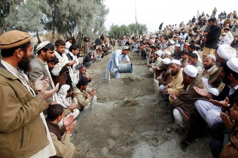 <strong>La douleur. </strong>De nombreux Afghans se sont réunis autour de ces tombes, renfermant les corps de dix fillettes tuées dans l'explosion d'une mine anti personnelle, qu'elles ont heurtée accidentellement en ramassant du bois. Il s'agirait d'une mine de l'époque du jihad contre les Soviétiques. Malgré les opérations de nettoyage, plus de trois décennies de conflit ont fait de ce pays un des plus «minés» au monde.