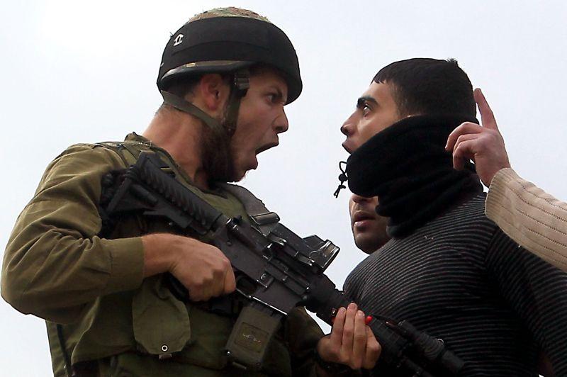 <strong>Face à face.</strong> Les yeux dans les yeux, ce Palestinien et ce soldat israélien se défient l'un l'autre à Madana après une manifestation entre colons et paysans palestiniens. Lundi, le ministère israélien de l'Intérieur a donné son feu vert à la construction de 1500 logements à Ramat Shlomo, un quartier de colonisation à Jérusalem-Est, relançant un projet déjà condamné par Washington en 2010. Cette annonce est intervenue alors que le premier ministre Benjamin Netanyahu, en pleine campagne électorale, a essuyé une vague de critiques internationales pour sa décision de relancer un autre projet de colonisation dans le secteur «E1», près de Jérusalem, à titre de sanction contre l'accession de la Palestine au statut d'Etat observateur à l'ONU.