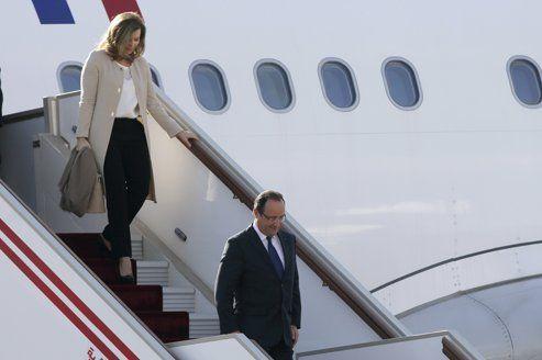 François Hollande et Valérie Trierweiler à l'aéroport d'Alger, ce mercredi.