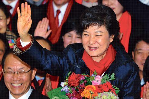 Park Geun-hye fête sa victoire parmi ses partisans, mercredi à Séoul.