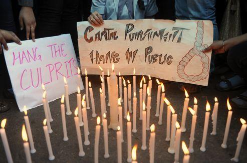 «Pendez les coupables en public», exhortaient certains manifestants. La peine de mort est toujours en vigueur en Inde mais il est très rare qu'elle soit appliquée.