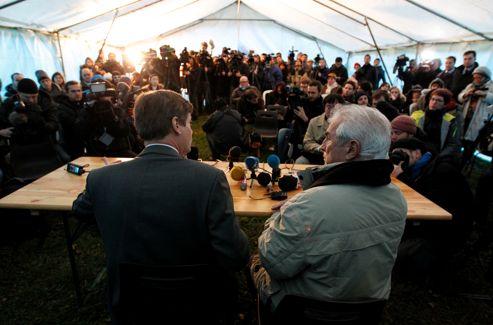 Le préfet Éric Freysselinard (gauche) et le maire de Bugarach, Jean-Pierre Delord (droite), lors de leur conférence de presse.