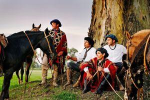 Fin de journée pour les garçons vachers. L'heure est aux «estilos» et «milongas», chants populaires argentins.
