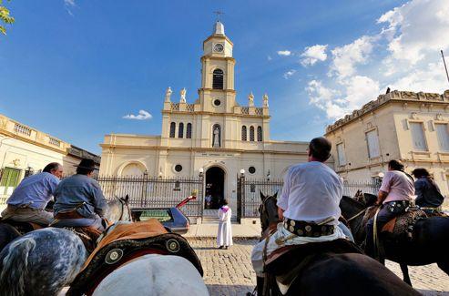 A San Antonio de Areco, un groupe de gauchos vient saluer une dernière fois l'un des leurs devant l'église San Antonio de Padua, place Ruiz de Arellano.