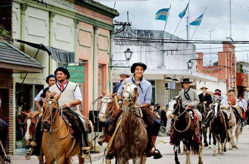 La Semaine de la tradition s'achève dans la liesse quand les gauchos défilent par centaines dans les rues de la ville, le dimanche.